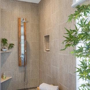 Ejemplo de cuarto de baño principal, asiático, de tamaño medio, con lavabo de seno grande, armarios tipo mueble, puertas de armario de madera en tonos medios, ducha abierta, sanitario de una pieza, baldosas y/o azulejos beige, baldosas y/o azulejos de porcelana, paredes verdes y suelo de baldosas de porcelana