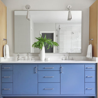 Exempel på ett modernt vit vitt en-suite badrum, med släta luckor, blå skåp, ett fristående badkar, en öppen dusch, en toalettstol med hel cisternkåpa, grå kakel, porslinskakel, grå väggar, klinkergolv i porslin, ett undermonterad handfat, bänkskiva i kvarts, vitt golv och dusch med gångjärnsdörr