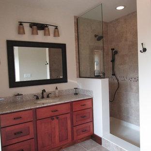Foto de cuarto de baño principal, de estilo americano, de tamaño medio, con armarios estilo shaker, puertas de armario rojas y paredes beige
