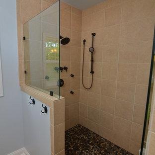 Imagen de cuarto de baño de estilo americano, pequeño, con encimera de mármol, ducha empotrada, sanitario de una pieza, baldosas y/o azulejos beige, suelo de baldosas tipo guijarro, paredes azules y suelo de baldosas de cerámica