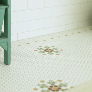Idées déco pour une salle de bain craftsman avec une grande vasque, un placard sans porte, une baignoire posée, un carrelage multicolore, un carrelage métro, un mur vert et un sol en carrelage de terre cuite.