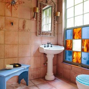 Diseño de cuarto de baño rústico con lavabo con pedestal, baldosas y/o azulejos de terracota y suelo de baldosas de terracota