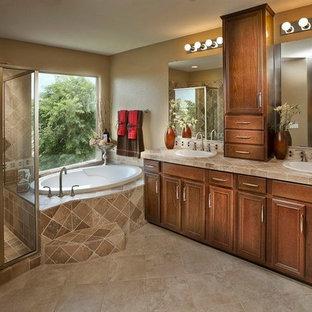 Idee per una stanza da bagno padronale con lavabo da incasso, ante a filo, ante in legno scuro, vasca giapponese, doccia ad angolo, piastrelle beige, piastrelle in ceramica, pareti beige e pavimento con piastrelle in ceramica