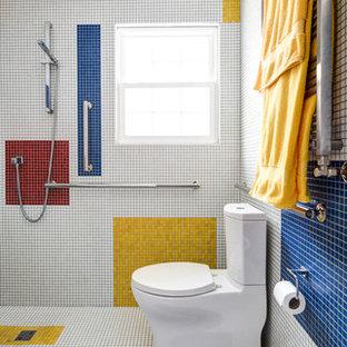 Ispirazione per una stanza da bagno con doccia a filo pavimento, WC a due pezzi, piastrelle multicolore, piastrelle in ceramica, pareti multicolore, pavimento con piastrelle in ceramica e pavimento multicolore