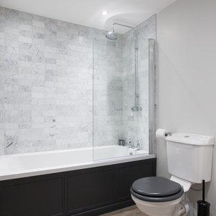 Esempio di una grande stanza da bagno per bambini nordica con ante in stile shaker, ante nere, vasca da incasso, vasca/doccia, WC a due pezzi, piastrelle grigie, piastrelle di marmo, pareti grigie, pavimento in linoleum e lavabo a consolle