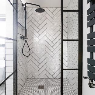 Новый формат декора квартиры: маленькая главная ванная комната в современном стиле с плоскими фасадами, черными фасадами, ванной на ножках, душем без бортиков, инсталляцией, белой плиткой, керамической плиткой, белыми стенами, полом из керамической плитки, настольной раковиной, столешницей из ламината, белым полом, душем с распашными дверями и черной столешницей