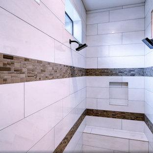 Modelo de cuarto de baño principal, contemporáneo, grande, con armarios con paneles lisos, puertas de armario de madera clara, ducha empotrada, baldosas y/o azulejos blancos, baldosas y/o azulejos de cerámica, paredes grises, suelo de madera en tonos medios, lavabo integrado y encimera de cuarcita