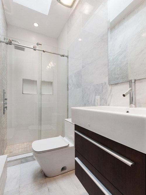 Salle de bain moderne avec des portes de placard en bois for Porte placard salle de bain bois
