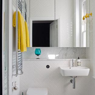 Imagen de cuarto de baño infantil, ecléctico, con sanitario de pared, baldosas y/o azulejos multicolor, baldosas y/o azulejos de cerámica, suelo de baldosas de cerámica, lavabo suspendido y encimera de mármol