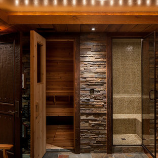 Rustik inredning av ett stort bastu, med våtrum, bruna väggar, skiffergolv, flerfärgat golv, med dusch som är öppen, skåp i mörkt trä, ett badkar med tassar och ett undermonterad handfat