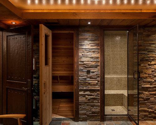 Großes Rustikales Badezimmer Mit Sauna, Nasszelle, Brauner Wandfarbe,  Schieferboden, Buntem Boden,