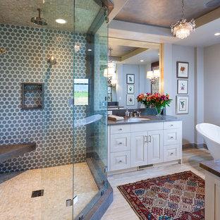 Foto de cuarto de baño actual con lavabo bajoencimera, armarios con paneles con relieve, puertas de armario blancas, bañera exenta, ducha esquinera y baldosas y/o azulejos grises
