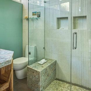Idée de décoration pour une petit salle de bain principale vintage avec un placard à porte plane, des portes de placard en bois clair, une douche ouverte, un WC à poser, un carrelage blanc, des carreaux de porcelaine, un mur vert, un sol en carrelage de porcelaine, un lavabo encastré, un plan de toilette en quartz modifié, un sol marron, une cabine de douche à porte battante et un plan de toilette turquoise.