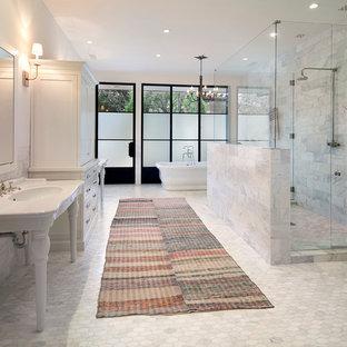 Großes Klassisches Badezimmer En Suite mit Schrankfronten im Shaker-Stil, weißen Schränken, freistehender Badewanne, weißen Fliesen, Steinfliesen, Waschtischkonsole, weißer Wandfarbe und Mosaik-Bodenfliesen in Santa Barbara