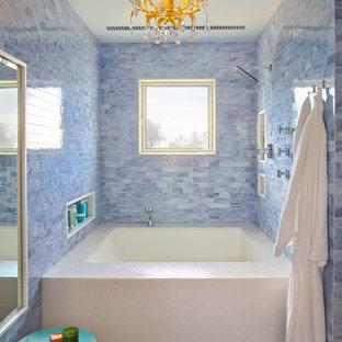 Ispirazione per una piccola stanza da bagno padronale contemporanea con vasca ad alcova, piastrelle blu e pavimento in gres porcellanato