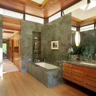 Immagine di una stanza da bagno contemporanea con lavabo sottopiano, ante lisce, vasca sottopiano e top verde