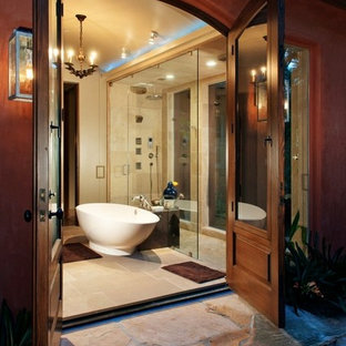 Imagen de cuarto de baño mediterráneo con bañera exenta