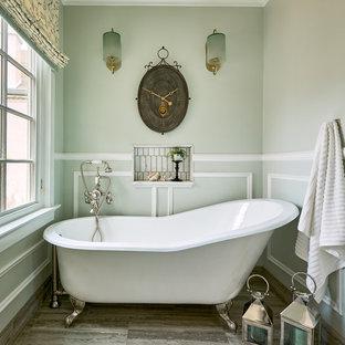 Ejemplo de cuarto de baño romántico con bañera exenta, paredes verdes y suelo gris