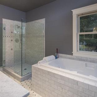 Ispirazione per una stanza da bagno padronale di medie dimensioni con lavabo rettangolare, top piastrellato, vasca da incasso, doccia ad angolo, piastrelle multicolore, piastrelle diamantate, pareti grigie e pavimento in marmo