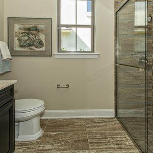 Immagine di una stanza da bagno con doccia stile marino di medie dimensioni con lavabo sottopiano, ante marroni, doccia a filo pavimento, WC monopezzo, piastrelle multicolore e pareti beige