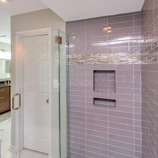 Idee per una grande stanza da bagno padronale chic con ante con bugna sagomata, ante in legno scuro, doccia alcova, piastrelle blu, piastrelle di vetro, pareti grigie, pavimento in marmo, lavabo sottopiano, top in granito, pavimento bianco e porta doccia a battente