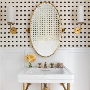 Foto di una stanza da bagno tradizionale con pareti beige e lavabo a consolle