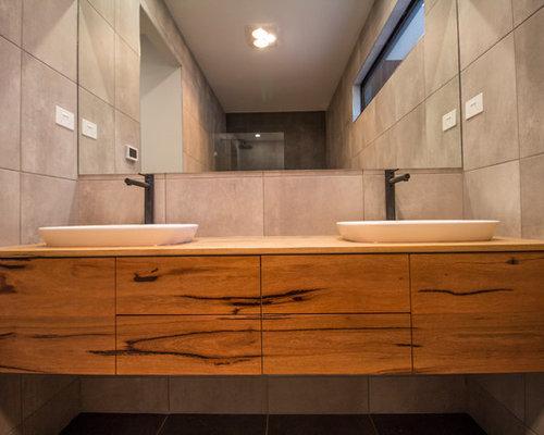 Salle de bain avec un placard porte persienne et un sol for Poser une cabine de douche d angle