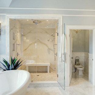 Inspiration för ett mycket stort vintage vit vitt en-suite badrum, med möbel-liknande, vita skåp, ett fristående badkar, en bidé, vit kakel, marmorkakel, blå väggar, marmorgolv, ett undermonterad handfat, bänkskiva i kvartsit, grått golv och dusch med gångjärnsdörr