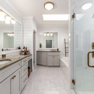 Klassisk inredning av ett mellanstort grön grönt en-suite badrum, med skåp i shakerstil, grå skåp, ett platsbyggt badkar, en hörndusch, vit kakel, porslinskakel, vita väggar, mosaikgolv, ett undermonterad handfat, granitbänkskiva, vitt golv och dusch med gångjärnsdörr