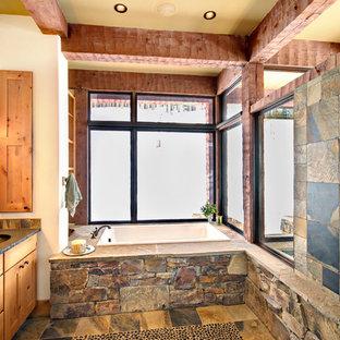 Foto di una stanza da bagno stile rurale di medie dimensioni con lavabo sottopiano, ante lisce, ante in legno chiaro, top in zinco, vasca da incasso, piastrelle grigie, piastrelle in ceramica, pareti bianche e pavimento con piastrelle in ceramica