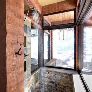 Esempio di una piccola stanza da bagno stile rurale con doccia aperta, piastrelle in pietra, pavimento con piastrelle di ciottoli, piastrelle grigie, pareti multicolore e doccia aperta