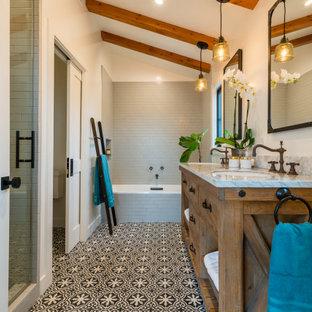 Inspiration för ett mellanstort retro flerfärgad flerfärgat en-suite badrum, med skåp i mellenmörkt trä, ett platsbyggt badkar, en dusch i en alkov, en toalettstol med separat cisternkåpa, grå kakel, vita väggar, betonggolv, ett undermonterad handfat, marmorbänkskiva, flerfärgat golv och dusch med gångjärnsdörr