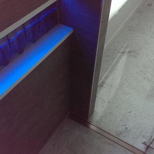 Immagine di una stanza da bagno padronale moderna con lavabo rettangolare, consolle stile comò, ante in legno chiaro, top in cemento, vasca freestanding, doccia a filo pavimento e pareti bianche