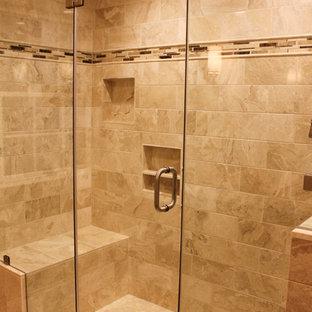 Esempio di una stanza da bagno padronale di medie dimensioni con lavabo sottopiano, ante con riquadro incassato, ante in legno scuro, top in granito, doccia alcova, piastrelle beige, piastrelle in pietra e pavimento in travertino
