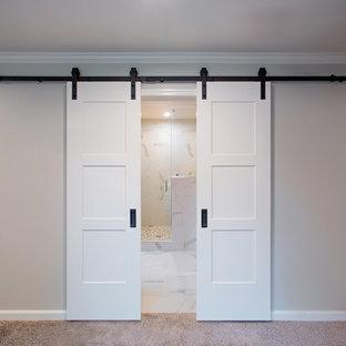 Immagine di una grande stanza da bagno shabby-chic style con vasca freestanding, pavimento in gres porcellanato e top in marmo