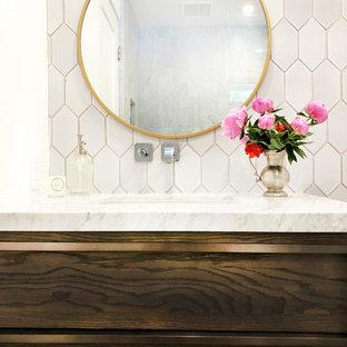 Kleines Modernes Kinderbad mit dunklen Holzschränken, Badewanne in Nische, Duschbadewanne, Wandtoilette, farbigen Fliesen, Terrakottafliesen, weißer Wandfarbe, Unterbauwaschbecken, Marmor-Waschbecken/Waschtisch, grauem Boden, Falttür-Duschabtrennung und weißer Waschtischplatte in Santa Barbara