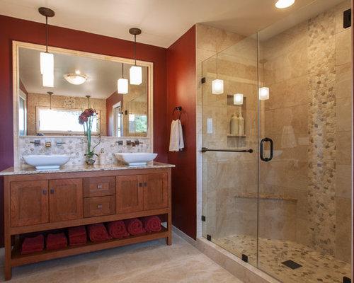 Stanza da bagno con piastrelle beige e pareti rosse foto - Piastrelle bagno rosse ...