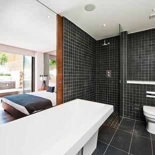 На фото: ванная комната в современном стиле с душем без бортиков с