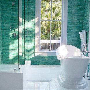 Idéer för att renovera ett mellanstort tropiskt badrum, med ett fristående badkar, en hörndusch och blå väggar