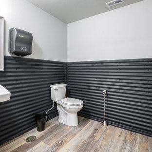 Стильный дизайн: ванная комната среднего размера в стиле лофт с писсуаром, металлической плиткой, полом из ламината, подвесной раковиной и бежевым полом - последний тренд