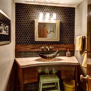 Foto de cuarto de baño infantil, ecléctico, con encimera de cemento, lavabo sobreencimera y baldosas y/o azulejos negros