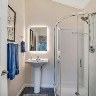 Imagen de cuarto de baño infantil y abovedado, rústico, pequeño, con ducha esquinera, paredes beige, suelo vinílico, lavabo con pedestal, suelo marrón y ducha con puerta corredera