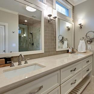 Idee per una stanza da bagno padronale chic di medie dimensioni con lavabo sottopiano, consolle stile comò, ante bianche, doccia alcova, piastrelle beige, piastrelle in ceramica, pareti grigie, pavimento con piastrelle in ceramica, top in quarzo composito, pavimento beige e porta doccia a battente