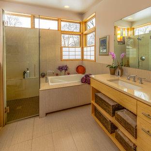 Modelo de cuarto de baño principal, asiático, de tamaño medio, con lavabo bajoencimera, armarios abiertos, puertas de armario de madera oscura, bañera encastrada, ducha a ras de suelo, baldosas y/o azulejos beige, paredes blancas, encimera de cuarcita, baldosas y/o azulejos de porcelana y suelo de baldosas de porcelana