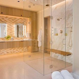 デンバーの大きいラスティックスタイルのおしゃれなマスターバスルーム (フラットパネル扉のキャビネット、ベージュのタイル、淡色木目調キャビネット、オープン型シャワー、ガラスタイル、白い壁、珪岩の洗面台、ベージュの床、オープンシャワー) の写真
