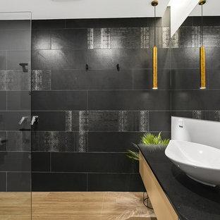 Idee per una stanza da bagno design con ante lisce, ante beige, zona vasca/doccia separata, piastrelle nere, pareti bianche, lavabo a bacinella, pavimento marrone, doccia aperta e top nero