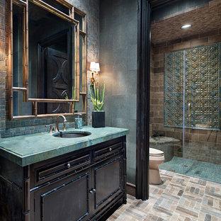 Esempio di una stanza da bagno con doccia mediterranea con consolle stile comò, ante in legno bruno, doccia a filo pavimento, piastrelle blu, piastrelle marroni, piastrelle verdi, piastrelle a mosaico, pareti verdi, pavimento con piastrelle a mosaico, lavabo sottopiano, pavimento beige, porta doccia a battente e top turchese