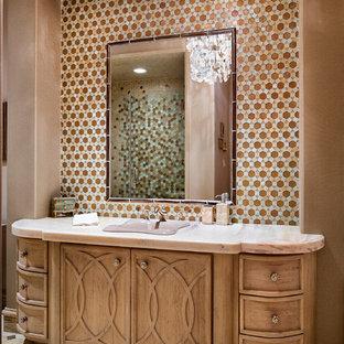 Diseño de cuarto de baño mediterráneo, de tamaño medio, con armarios con paneles empotrados, puertas de armario de madera clara, baldosas y/o azulejos multicolor, baldosas y/o azulejos en mosaico, paredes multicolor, suelo beige, ducha empotrada, lavabo encastrado, ducha con puerta con bisagras y encimeras rosas