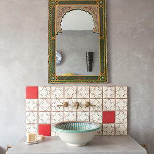 Réalisation d'une salle de bain méditerranéenne avec un carrelage multicolore, un carrelage rouge, un mur gris, une vasque et un plan de toilette en béton.