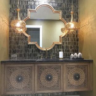 Mittelgroßes Stilmix Duschbad mit verzierten Schränken, hellen Holzschränken, Toilette mit Aufsatzspülkasten, beigefarbenen Fliesen, Glasfliesen, beiger Wandfarbe, Porzellan-Bodenfliesen, Unterbauwaschbecken, Mineralwerkstoff-Waschtisch, weißem Boden und lila Waschtischplatte in New York